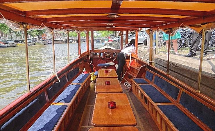 Bredero **De Bredero is een grote rondvaartboot voor uw volgende privéfeest of borrel in Amsterdam.**  Salonboot Bredero is een mooie salonboot waarvan veel van haar karakteristieke en authentieke kenmerken