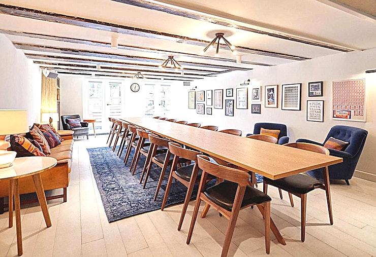 Living Room **De Living Room van The Hoxton Amsterdam is de ideale ruimte om zowel vergaderingen als privé diners te organiseren.**  In het appartement kan u vergaderingen, evenementen en privé diners organiseren. Het appartement in het centrum van de stad heeft 4 verschillend ingerichte kamers om een hele rits aan evementen te organiseren; van intieme diners tot knallende feestjes met vrienden of netwerkevenementen en productlanceringen. U maakt ervan wat u wil!