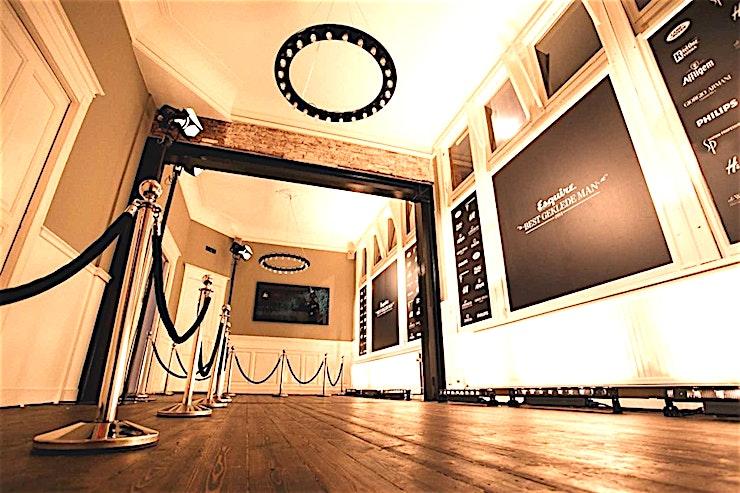 """Studio & Bank's Secret **Studio & Bank's Secretat TOBACCO Theater in Amsterdam is een unieke ruimte voor uw volgende break-out sessie.**  De Studio is een indrukwekkend hoge kamer (9 meter), met een schuin glazen dak en strakke strakke muren. De Studio biedt een eigen bijkeuken, badkamer, geluidssysteem en beamer.  Deze ruimte kan worden gecombineerd met Bank's Secret - een rijkelijk versierde kamer in een gouden Art Deco-stijl, met een direct uitzicht op de culturele hoofdstraat van Amsterdam. """""""