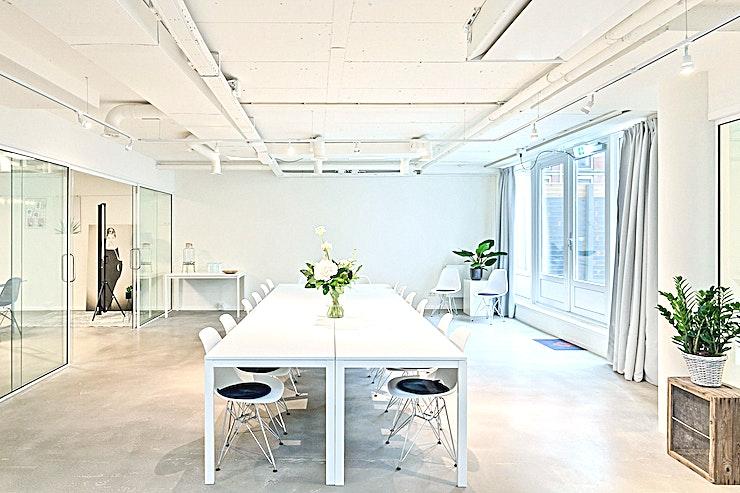 Wilhelmina **Wilhelmina in Room 2 Meet is een ideale vergaderruimte in Den Haag.**  Dit is een royale vergaderlocatie met een moderne twist.