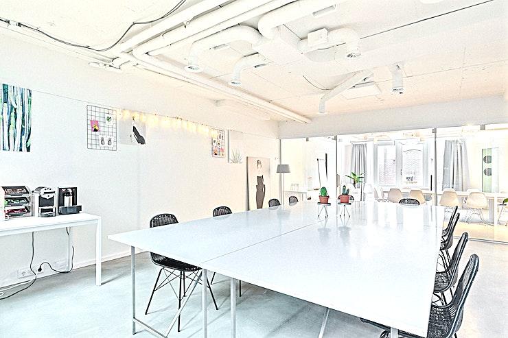 Juliana **Juliana in Room 2 Meet is een ideale vergaderruimte in Den Haag.**  Dit is een royale vergaderlocatie met een moderne twist.