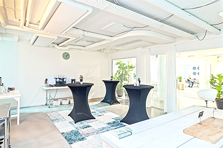 Maxima **Maxima in Room 2 Meet is de perfecte vergaderlocatie in Den Haag.**  Dit is een royale vergaderlocatie met een moderne twist.