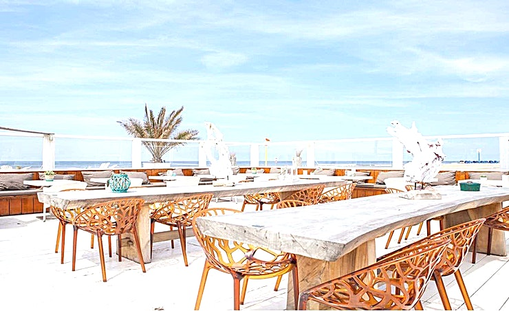 Whole Venue **De Beach Club People is de ideale feestlocatie.**  Beachclub People nodigt u uit om te genieten van deze locatie. De locatie heeft een frisse en chique look en is gelegen aan het strand. Hier kan u ontspannen met een lekker kopje koffie of een goed glas wijn. In de keuken worden dagverse producten gebruikt. Het professionele team geeft ondersteuning aan uw evenement zodat u uw gasten de volledige aandacht kan geven. Er is ook een uniek plekje op het strand waar u kunt genieten van het prachtige uitzicht.