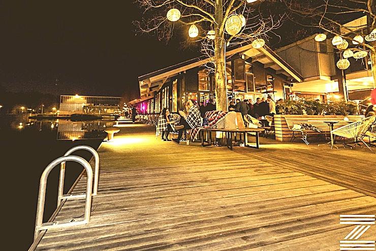 The Winter House ** The Winter House is een stijlvolle kamer aan de Zuid Pool in Amsterdam, de perfecte locatie voor uw volgende privéfeest.**  The Winter House ligt aan het water in de zuidelijke helft van het paviljoen en bestaat uit een moderne, ruime kamer met een grote bar en een modulair ontwerp. The Winter House heeft een fantastisch uitzicht en is geschikt voor grotere boekingen tot 350 personen (staand).   Het modulaire ontwerp maakt elke vergadering of feest mogelijk, daarnaast is het menu oneindig flexibel en van hoge kwaliteit. Indien nodig kan de ruimte worden gecombineerd met The Winter House, wat de capaciteit van de locatie verdubbelt.   Evenementen kunnen vanaf half oktober worden geboekt voor onze winterlocatie.