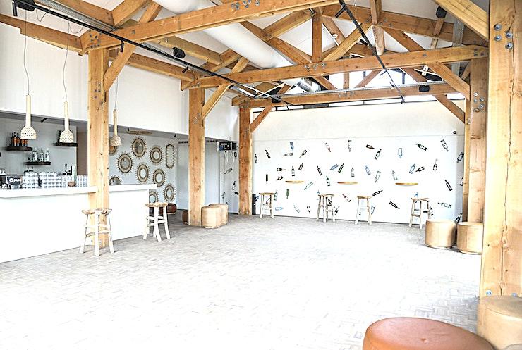 The Ski Hut **Voor een comfortabele en gezellige winter evenementenlocatie kan je terrecht bij de Ski Hut van Zuid Pool. Dit is een prachtige omgeving met prachtig decor voor uw volgende privéfeest of borrel.**  Deze evenementenlocatie is gelegen in de Skihut, aan de ingang van de Zuidpool. Deze ruimte kan tot 150 perosnen bedienen met een eigen bar en winterterras. Daarnaast kan je genieten van de typische winterse sfeer met speelse elementen en een warm interieur. Het meubilair heeft een standaard lay-out met diverse zitjes, maar kan naar wens worden aangepast.  Deze ruimte kan worden gecombineerd met een andere ruimte binnenin Zuidpool om de capaciteit uit te breiden.  Zuidpool is dé evenementenlocatie van Amsterdam, waar u terecht kunt voor evenementen met een authentieke winterse sfeer. Een locatie van internationale allure, waar u welkom bent met de meest uiteenlopende evenementen.  Zuidpool is op een steenworp van station Amsterdam RAI. Dankzij hun unieke samenwerking met de internationale beurs en conferentielocatie RAI Amsterdam hebben ze zelfs meer capaciteit om aan uw wensen te voldoen dan de voorbije jaren. Of het nu om een openbare tentoonstelling, een groot congres, een internationale vakbeurs, een dance event of theatervoorstelling gaat.  Evenementen kunnen vanaf half oktober worden geboekt voor onze winterlocatie.