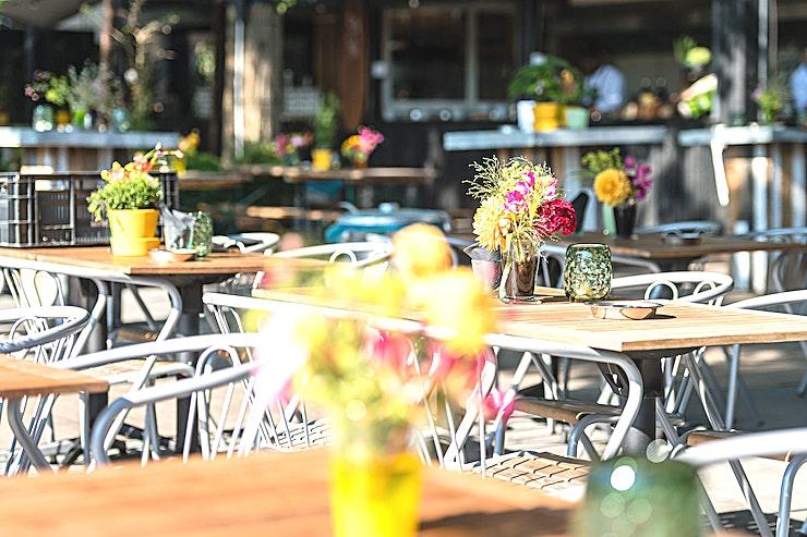 """The Jetty Bar ** De Jetty Bar bij Strand Zuid is een trendy bar, ideaal voor uw volgende privé-diner of borrel.**  Zodra het weer het toelaat, is het tijd voor drankjes en barbecues bij The Jetty; een strandbar (en keuken) aan het water. Deze buitenlocatie wordt gedeeltelijk bedekt met een stijlvolle tent en is de ideale plek voor teambuilding met collega's, verjaardagen met familie en vrijdagmiddagborrels met vrienden. De Jetty heeft een binnencapaciteit van 150 gasten. Buitenevenementen kunnen natuurlijk ook worden gehouden in The Boat House.  Vakanties beginnen in Amsterdam op Strandzuid. Ons stadsstrand heeft verschillende locaties voor evenementen, allemaal met hun eigen sfeer, karakter en faciliteiten. Strandzuid is de plek voor een drankje, bedrijfsfeest, bruiloft, vergadering, groepsdiner en nog veel meer.  Zonnebaden op een strandbed, een speciaal biertje drinken op het terras, uitgebreid dineren in het restaurant of tafelvoetbal met collega's; deze zomer kun je het restaurant op elk moment van de dag bezoeken. Je hoeft de stad niet meer te verlaten voor dat echte vakantiegevoel. """""""