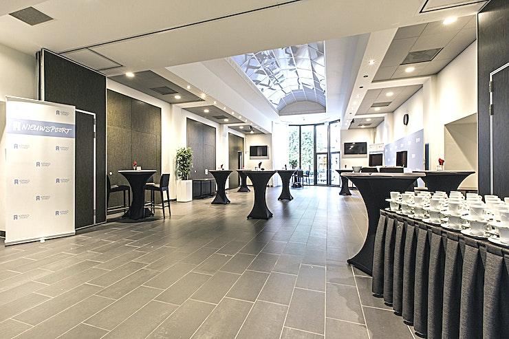 """Provinciezaal ** Provinciezaal is een chique vergaderruimte die te huur is in Den Haag.**  Een aantrekkelijke kamer met uitzicht op de prachtige binnentuin. De Provinciezaal kan ook dienen als receptie waar uw gasten worden verwelkomd met een kopje koffie. Vanwege zijn aantrekkelijke uiterlijk is de kamer ook perfect voor een drankje of diner.  Nieuwspoort is verbonden aan het gebouw van de Tweede Kamer, in het centrum van Den Haag. De koninklijke stad van Nederland. Elke kamer kan afzonderlijk worden gehuurd, maar combinaties zijn ook mogelijk tot een capaciteit van bijna duizend bezoekers.  Nieuwspoort heeft zelf alle kennis en expertise in huis voor het begeleiden van elk type evenement, zowel organisatorisch als technisch. In Nieuwspoort kunt u altijd een kamer kiezen die exact overeenkomt met de aard en de grootte van uw evenement.  De verschillende ruimtes hebben de allure die past bij Nieuwspoort, elk met een eigen uitzicht, variërend van de prachtige binnentuin en de Lange Poten tot de 24 meter hoge """"Statenpassage"""" van de Tweede Kamer. Je kunt natuurlijk altijd de indeling van de ruimtes aanpassen aan het karakter van je evenement. Het hele gebouw of de bar / het restaurant huren is alleen mogelijk in het weekend. """""""