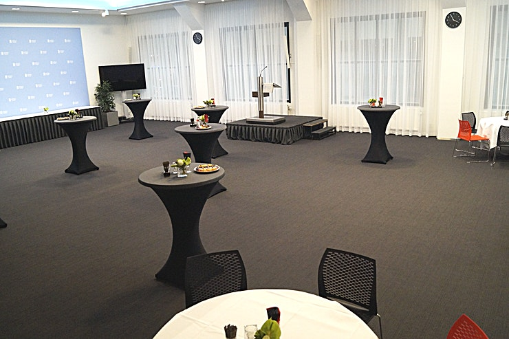"""Wandelganger 1&2 **Boek Wandelganger 1 & 2, enkele van de grootste vergaderzalen in Nieuwspoort.**  Wandelaars I en II, met uitzicht op de Statenpassage van de Tweede Kamer, zijn de grootste zalen in Nieuwspoort. De kamer is, afzonderlijk of in combinatie, geschikt voor iedere denkbare bijeenkomst van 2 tot maximaal 250 personen.   Nieuwspoort is verbonden aan het gebouw van de Tweede Kamer, in het centrum van Den Haag. De koninklijke stad van Nederland. Elke kamer kan afzonderlijk worden gehuurd, maar combinaties zijn ook mogelijk tot een capaciteit van bijna duizend bezoekers.    Nieuwspoort heeft zelf alle kennis en expertise in huis voor het begeleiden van elk type evenement, zowel organisatorisch als technisch. In Nieuwspoort kunt u altijd een kamer kiezen die exact overeenkomt met de aard en de grootte van uw evenement.    De verschillende ruimtes hebben de allure die past bij Nieuwspoort, elk met een eigen uitzicht, variërend van de prachtige binnentuin en de Lange Poten tot de 24 meter hoge """"Statenpassage"""" van de Tweede Kamer. Je kunt natuurlijk altijd de indeling van de ruimtes aanpassen aan het karakter van je evenement. Het hele gebouw of de bar / het restaurant huren is alleen mogelijk in het weekend. """""""