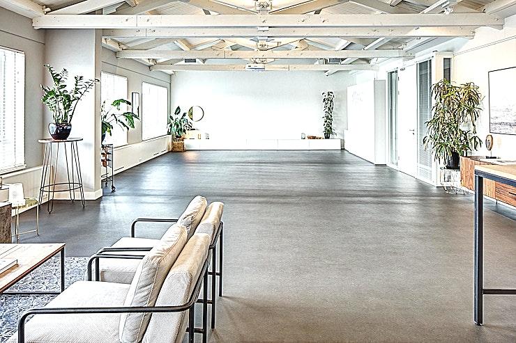 The Apartment ** The Apartment bij Wicked Grounds in Amsterdam is een mooie en licht vergaderruimte.**  Het Apartment is een grote, lichte kamer waar uw gasten zich wanen in een grootstedelijke omgeving zoals Manhattan of Londen. Een ruime evenementenruimte, die kan worden gebruikt als een break-outruimte van The Warehouse. De locatie kan ook afzonderlijk gehuurd worden, voor groepen tot 70 personen en vergaderingen tot 35 personen.   Wicked Grounds beschikt over ruimtes voor bedrijfsevenementen in Amsterdam en Rotterdam, denk hierbij aan vergaderingen, workshops en andere vormen van zakelijke evenementen.   De locaties zijn ruimtes met een buitengewone ervaring; zet je dagelijkse zorgen van je af in een de stijlvolle inrichting, met zorgzame gastvrijheid en de juiste energie. Dit zijn ruimtes waar creativiteit bloeit en barrières worden doorbroken.    Wicked Grounds is innovatief, inspirerend en verbindend. Wicked Grounds streeft ernaar om constant een uitstekende service te leveren die de verwachtingen overtreft.