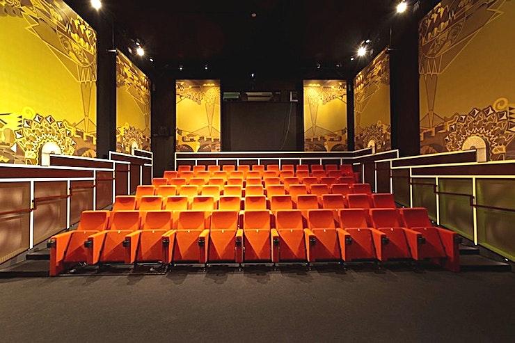 Cinema 4 **Boek Cinema 4 van Eye Filmmuseum en ontdek de filmwereld.**  Het Eye is de eerste grote culturele instelling die de sprong over het IJ maakt. Het streeft ernaar om het 'huis van de film', een modern museum met veel te zien en te doen dat te maken heeft met films. In aanvulling op de tentoonstellingen en filmvoorstellingen is het gebouw vrij toegankelijk elke dag van de week.  Het gebouw herbergt vier moderne bioscopen: één met 315 stoelen, twee met 130 zitplaatsen en een met 67 zitplaatsen. Er is genoeg ruimte voor tentoonstellingen (1.180 m²), educatieve activiteiten, en vergaderingen. Deze faciliteiten komen overigens ook met werkruimten, de kelder, een winkel en een café-restaurant.