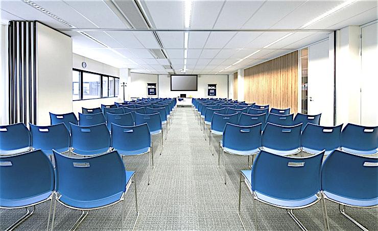 Room 5.09 **Room 5.09 is een geweldige vergaderlocatie in Amsterdam.**  Een training locatie vlak naast Amsterdam Bijlmer-Arena station. BCN Amsterdam Arena is een vijf-minuten loopafstand van Amsterdam Bijlmer-Arena station en dichtbij de snelwegen rond de stad. Er is ook voldoende (betaalde) parkeergelegenheid in de omgeving. Dit maakt de locatie goed bereikbaar.   Trainingslocatie BCN Amsterdam Arena heeft 34 multifunctionele, moderne en stijlvol ingerichte kamers, met ruime koffielounges en een eigen restaurant voor lunch en diner. Het restaurant heeft meer dan 200 zitplaatsen. Alle kamers zijn uitgerust met een climate control systeem. Hiermee kunt u eenvoudig de gewenste temperatuur instellen. Daarnaast is er hoge kwaliteit verlichting in alle kamers die zich automatisch aanpassen aan de hoeveelheid daglicht.    Bovendien zijn ze uitgerust met gratis glasvezel internet en Wi-Fi, projector en projectiescherm, white- en flipboard, geïntegreerd geluidssysteem voor presentaties. comfortabele training zetels en water (met of zonder koolzuur), waardoor dit een geweldige multi-functionele ruimte is voor u.