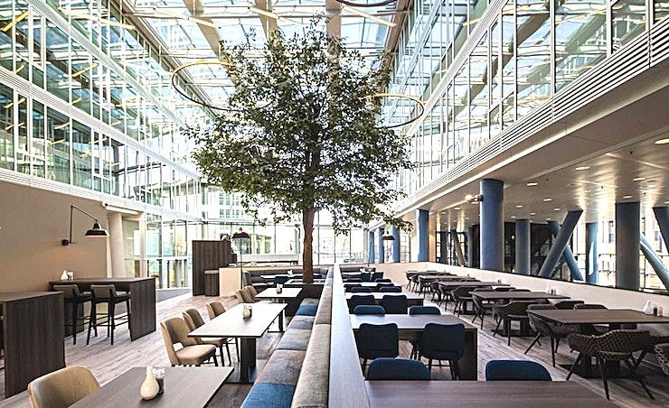 Restaurant **Op zoek naar de juiste locatie voor uw volgende prive-diner? Het restaurant van BCN is de juiste keuze!**  Een training locatie vlak naast Amsterdam Bijlmer-Arena station. BCN Amsterdam Arena is een vijf-minuten loopafstand van Amsterdam Bijlmer-Arena station en dichtbij de snelwegen rond de stad. Er is ook voldoende (betaalde) parkeergelegenheid in de omgeving. Dit maakt de locatie goed bereikbaar.   Trainingslocatie BCN Amsterdam Arena heeft 34 multifunctionele, moderne en stijlvol ingerichte kamers, met ruime koffielounges en een eigen restaurant voor lunch en diner. Het restaurant heeft meer dan 200 zitplaatsen. Alle kamers zijn uitgerust met een climate control systeem. Hiermee kunt u eenvoudig de gewenste temperatuur instellen. Daarnaast is er hoge kwaliteit verlichting in alle kamers die zich automatisch aanpassen aan de hoeveelheid daglicht.    Bovendien zijn ze uitgerust met gratis glasvezel internet en Wi-Fi, projector en projectiescherm, white- en flipboard, geïntegreerd geluidssysteem voor presentaties. comfortabele training zetels en water (met of zonder koolzuur), waardoor dit een geweldige multi-functionele ruimte is voor u.