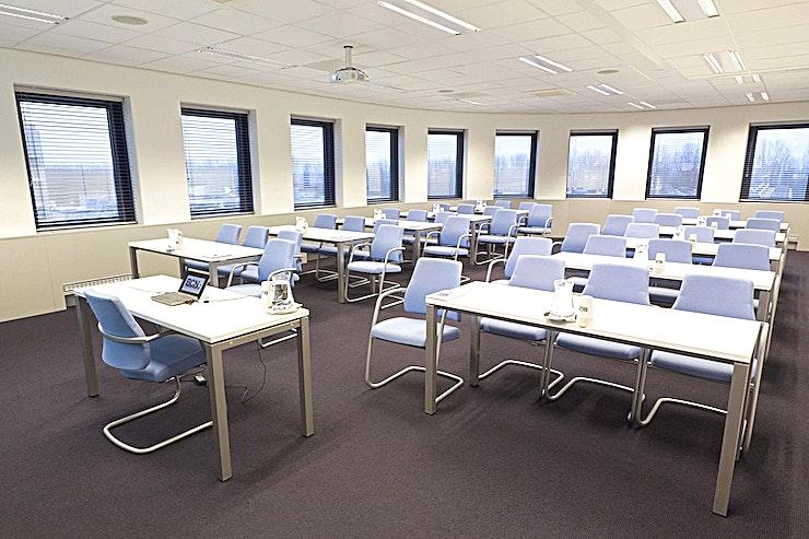 Room 1.3 **Room 1.3 is een multi-functionele vergaderlocaties in Amsterdam.**  Een training locatie vlak naast Amsterdam Bijlmer-Arena station. BCN Amsterdam Arena is een vijf-minuten loopafstand van Amsterdam Bijlmer-Arena station en dichtbij de snelwegen rond de stad. Er is ook voldoende (betaalde) parkeergelegenheid in de omgeving. Dit maakt de locatie goed bereikbaar.   Trainingslocatie BCN Amsterdam Arena heeft 34 multifunctionele, moderne en stijlvol ingerichte kamers, met ruime koffielounges en een eigen restaurant voor lunch en diner. Het restaurant heeft meer dan 200 zitplaatsen. Alle kamers zijn uitgerust met een climate control systeem. Hiermee kunt u eenvoudig de gewenste temperatuur instellen. Daarnaast is er hoge kwaliteit verlichting in alle kamers die zich automatisch aanpassen aan de hoeveelheid daglicht.    Bovendien zijn ze uitgerust met gratis glasvezel internet en Wi-Fi, projector en projectiescherm, white- en flipboard, geïntegreerd geluidssysteem voor presentaties. comfortabele training zetels en water (met of zonder koolzuur), waardoor dit een geweldige multi-functionele ruimte is voor u.