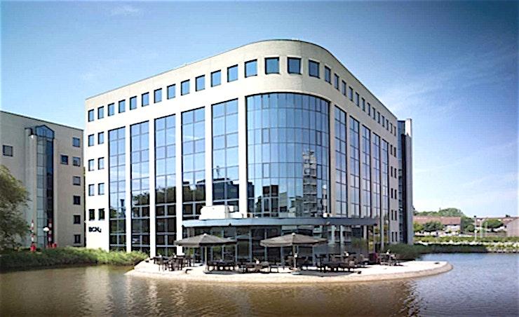 Room 3.4 **Room 3.4 is een multi-functionele vergaderlocaties in Amsterdam.**  Een training locatie vlak naast Amsterdam Bijlmer-Arena station. BCN Amsterdam Arena is een vijf-minuten loopafstand van Amsterdam Bijlmer-Arena station en dichtbij de snelwegen rond de stad. Er is ook voldoende (betaalde) parkeergelegenheid in de omgeving. Dit maakt de locatie goed bereikbaar.   Trainingslocatie BCN Amsterdam Arena heeft 34 multifunctionele, moderne en stijlvol ingerichte kamers, met ruime koffielounges en een eigen restaurant voor lunch en diner. Het restaurant heeft meer dan 200 zitplaatsen. Alle kamers zijn uitgerust met een climate control systeem. Hiermee kunt u eenvoudig de gewenste temperatuur instellen. Daarnaast is er hoge kwaliteit verlichting in alle kamers die zich automatisch aanpassen aan de hoeveelheid daglicht.    Bovendien zijn ze uitgerust met gratis glasvezel internet en Wi-Fi, projector en projectiescherm, white- en flipboard, geïntegreerd geluidssysteem voor presentaties. comfortabele training zetels en water (met of zonder koolzuur), waardoor dit een geweldige multi-functionele ruimte is voor u.