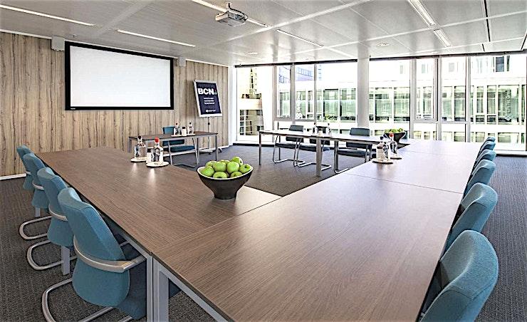 Room 3.5 **Room 3.5 is een multi-functionele vergaderlocaties in Amsterdam.**  Een training locatie vlak naast Amsterdam Bijlmer-Arena station. BCN Amsterdam Arena is een vijf-minuten loopafstand van Amsterdam Bijlmer-Arena station en dichtbij de snelwegen rond de stad. Er is ook voldoende (betaalde) parkeergelegenheid in de omgeving. Dit maakt de locatie goed bereikbaar.   Trainingslocatie BCN Amsterdam Arena heeft 34 multifunctionele, moderne en stijlvol ingerichte kamers, met ruime koffielounges en een eigen restaurant voor lunch en diner. Het restaurant heeft meer dan 200 zitplaatsen. Alle kamers zijn uitgerust met een climate control systeem. Hiermee kunt u eenvoudig de gewenste temperatuur instellen. Daarnaast is er hoge kwaliteit verlichting in alle kamers die zich automatisch aanpassen aan de hoeveelheid daglicht.    Bovendien zijn ze uitgerust met gratis glasvezel internet en Wi-Fi, projector en projectiescherm, white- en flipboard, geïntegreerd geluidssysteem voor presentaties. comfortabele training zetels en water (met of zonder koolzuur), waardoor dit een geweldige multi-functionele ruimte is voor u.