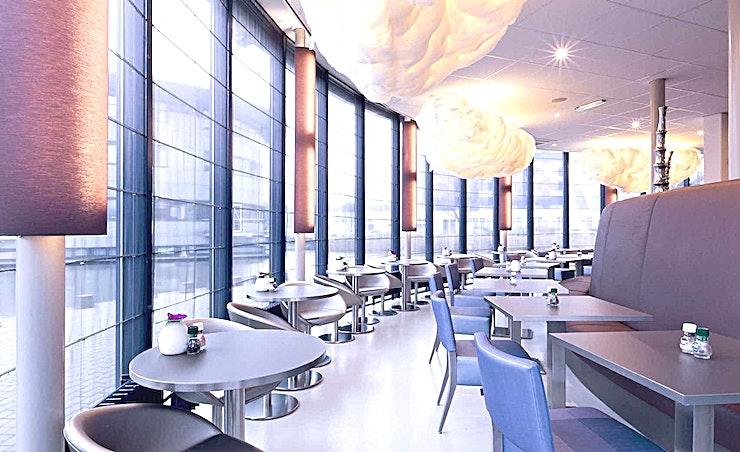 Coffee Lounge **De Coffee Lounge van BCN is een fantastische locatie voor een informele vergadering of workshop.**  Een training locatie vlak naast Amsterdam Bijlmer-Arena station. BCN Amsterdam Arena is een vijf-minuten loopafstand van Amsterdam Bijlmer-Arena station en dichtbij de snelwegen rond de stad. Er is ook voldoende (betaalde) parkeergelegenheid in de omgeving. Dit maakt de locatie goed bereikbaar.   Trainingslocatie BCN Amsterdam Arena heeft 34 multifunctionele, moderne en stijlvol ingerichte kamers, met ruime koffielounges en een eigen restaurant voor lunch en diner. Het restaurant heeft meer dan 200 zitplaatsen. Alle kamers zijn uitgerust met een climate control systeem. Hiermee kunt u eenvoudig de gewenste temperatuur instellen. Daarnaast is er hoge kwaliteit verlichting in alle kamers die zich automatisch aanpassen aan de hoeveelheid daglicht.    Bovendien zijn ze uitgerust met gratis glasvezel internet en Wi-Fi, projector en projectiescherm, white- en flipboard, geïntegreerd geluidssysteem voor presentaties. comfortabele training zetels. water (met of zonder koolzuur), waardoor dit een geweldige multi-functionele ruimte is voor u.