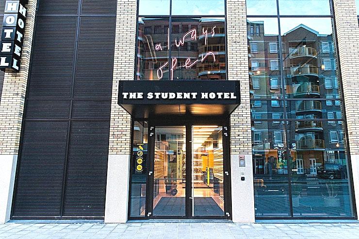 Classroom 1 **Een andere multifunctionele ruimte, Klaslokaal 1 in The Student Hotel Eindhoven, is nu beschikbaar voor verhuur.**   Organiseer uw volgende externe vergadering direct tegenover het centraal station van Eindhoven, zodat uw collega's de locatie gemakkelijk kunnen vinden. Boek een netwerkevenement, een innovatieve breakout-sessie, een eendaagse cursus in onze klas, een verzorgde werklunch of diner en cocktails met een gewaardeerde klant in ons bekroonde designhotel.  Stap uit het treinstation van Eindhoven en u ziet de locatie direct. Aan de overkant van het station ligt dit full-service hotel met 400 kamers en een co-living gemeenschap voor studenten, reizigers en professionals. Het hotel heeft ook een restaurant en bar met 250 zitplaatsen, The Commons, die een hotspot voor fijnproevers in Eindhoven aan het worden is.