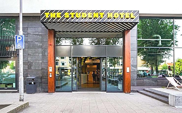 Classroom 2 **Classroom 2 is een multifunctionele vergaderruimte in The Student Hotel Rotterdam.**   Eenvoudige bereikbaarheid vanuit het centrum van Rotterdam maakt deze charmante ruimte ideaal voor een vergadering, een eendaagse cursus of een workshop. Geniet van de levendige sfeer en inspireer jezelf en je collega's.    Het Rotterdamse hotel betaat uit twee samengevoegde gebouwen en beschikt over de grootste selectie aan kamers. Met een energieke sfeer en een strak ontwerp zijn uw comfort en stijl verzekerd.