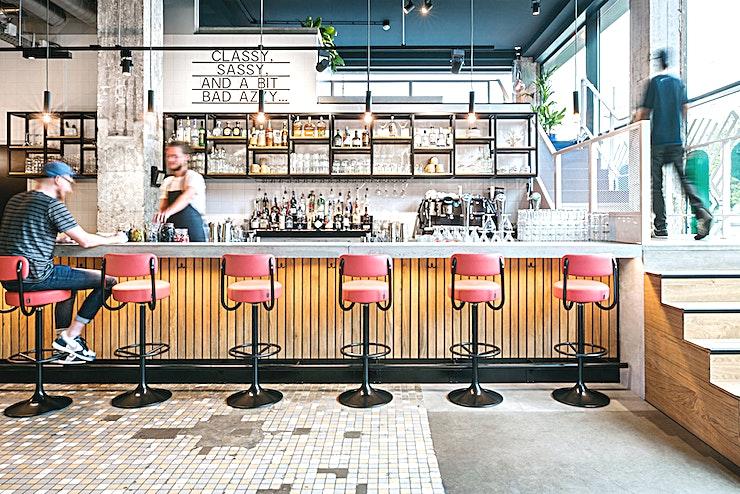 Restaurant **Bij het Student Hotel in Rotterdam vindt u een geweldig restaurant met heerlijke gerechten en huisgemaakte cocktails, het is dan ook de perfecte locatie voor private dining.**   Eenvoudige bereikbaarheid vanuit het centrum van Rotterdam maakt deze charmante ruimte ideaal voor een vergadering, een eendaagse cursus of een workshop. Geniet van de levendige sfeer en inspireer jezelf en je collega's.    Het Rotterdamse hotel betaat uit twee samengevoegde gebouwen en beschikt over de grootste selectie aan kamers. Met een energieke sfeer en een strak ontwerp zijn uw comfort en stijl verzekerd.