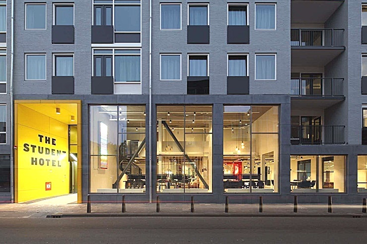 Bar and Restaurant **Op zoek naar een stijlvolle privé-eetzaal in Rotterdam? The Restaurant at The Student Hotel Rotterdam is beschikbaar!**   Eenvoudige bereikbaarheid vanuit het centrum van Rotterdam maakt deze charmante ruimte ideaal voor een vergadering, een eendaagse cursus of een workshop. Geniet van de levendige sfeer en inspireer jezelf en je collega's.    Het Rotterdamse hotel betaat uit twee samengevoegde gebouwen en beschikt over de grootste selectie aan kamers. Met een energieke sfeer en een strak ontwerp zijn uw comfort en stijl verzekerd.