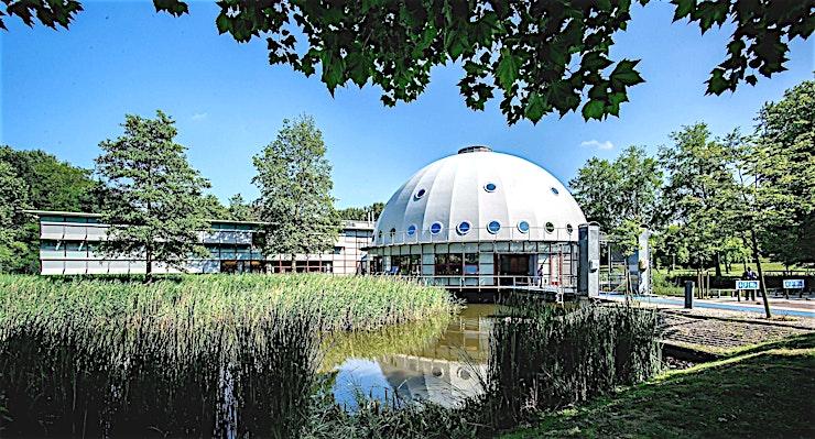 Pluto **Op zoek naar een leuke vergaderlocatie in Amsterdam? Pluto is de juiste keuze.**  Het Planetarium Meeting Center Amsterdam is grenzeloos gastvrij, buitengewoon groen en bijzonder ruim. Dit is pre
