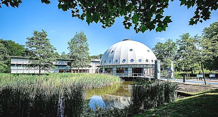 Eris  **Eris is een inspirerende vergaderlocatie in het Planetarium Meeting Center in Amsterdam.**  Het Planetarium Meeting Center Amsterdam is grenzeloos gastvrij, buitengewoon groen en bijzonder ruim. Di