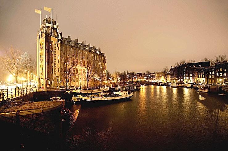 Van der Meij-hall  ** Huur de Van der Meij-hal in het Grand Hotel Amrâth in Amsterdam voor uw volgende prive feest of evenement.**  De Van der Meij-hal is van zulke schoonheid dat uw receptie, productpresentatie of cocktailevenement uw gasten zal verbluffen.  In de voormalige bankkluis van het Scheepvaarthuis vindt u de wijnkelder. Het is de ideale locatie voor een aperitief, een wijnproeverij of een productpresentatie.  Grand Hotel Amrâth is een unieke vergader- en evenementenlocatie. De 8 kamers zijn geschikt voor maximaal 150 personen. Of u nu een vergadering, presentatie, receptie of diner organiseert, het personeel zal ervoor zorgen dat uw evenement vlotjes loopt. De locatie is goed bereikbaar en de kamers hebben een uniek karakter en veel natuurlijk licht.  Het deluxe vijf-sterren hotel is gevestigd in het voormalige Scheepvaarthuis, een voorbeeld van de Amsterdamse School-architectuur. Het hotel beschikt over 205 kamers, waaronder 22 suites, 8 conferentie / feestzalen, Restaurant Seven Seas, een bar-lounge en een spa- en wellness. Grand Hotel Amrâth Amsterdam ligt op slechts 500 meter van het centraal station, waar u bus-, tram- en metroverbindingen vindt naar alle delen van de stad.