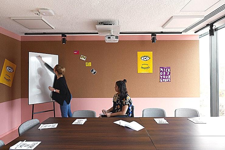 Boardroom **De Boardroom in The Student Hotel Eindhoven is nu te huur. Deze kleine ruimte is perfect voor kleinschalige vergaderingen.**   Organiseer uw volgende externe vergadering direct tegenover het centraal station van Eindhoven, zodat uw collega's de locatie gemakkelijk kunnen vinden. Boek een netwerkevenement, een innovatieve breakout-sessie, een eendaagse cursus in onze klas, een verzorgde werklunch of diner en cocktails met een gewaardeerde klant in ons bekroonde designhotel.    Stap uit het treinstation van Eindhoven en u ziet de locatie direct. Aan de overkant van het station ligt dit full-service hotel met 400 kamers en een co-living gemeenschap voor studenten, reizigers en professionals. Het hotel heeft ook een restaurant en bar met 250 zitplaatsen, The Commons, die een hotspot voor fijnproevers in Eindhoven aan het worden is.