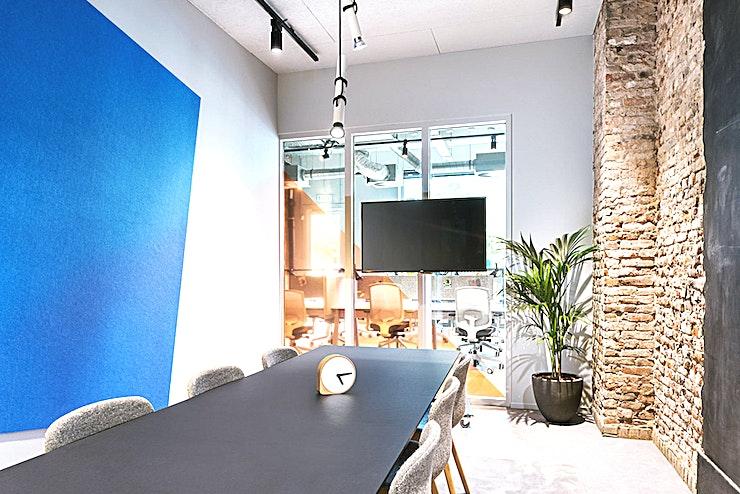 Boardroom 2 **Boardroom 2 in The Student Hotel Rotterdam is een gezellige ruimte die perfect is voor uw volgende vergadering.**   Eenvoudige bereikbaarheid vanuit het centrum van Rotterdam maakt deze charmante ruimte ideaal voor een vergadering, een eendaagse cursus of een workshop. Geniet van de levendige sfeer en inspireer jezelf en je collega's.    Het Rotterdamse hotel betaat uit twee samengevoegde gebouwen en beschikt over de grootste selectie aan kamers. Met een energieke sfeer en een strak ontwerp zijn uw comfort en stijl verzekerd.