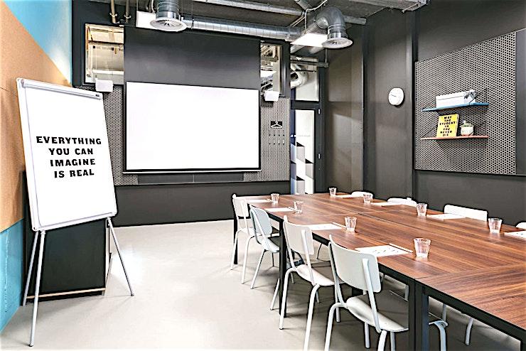Classroom 4 **Classroom 4 is een kleine vergaderruimte te huur bij The Student Hotel Den Haag.**   De Bazaar of Ideas is dé hub voor ondernemerschap en innovatie. Op deze plek worden geïnspireerde professionals met elkaar verbonden. Het enorme werk- en vergadergedeelte beschikt over de grote Wintergarden, Catwalk en 4 klaslokalen voor trainingen, evenementen en conferenties voor 10 tot 300 personen. Er is altijd razendsnelle wifi, flexwerkplekken, uitstekende koffie en een energie die ervoor zorgt dat u nergens anders wilt werken.    Met een cool en modern uiterlijk, een ontspannen jonge sfeer en een echt warme gemeenschap is deze ruimte anders dan alle andere in het stadscentrum. The Student Hotel Den Haag ligt op loopafstand van het centrum, recht tegenover het treinstation Hollands Spoor in een gevarieerde buurt vol betaalbare, internationale restaurants. Alle belangrijke zakelijke gebieden en zelfs het plaatselijke strand liggen op fietsafstand. U kan ook gemakkelijke de tram trein nemen om nabijgelegen steden zoals Delft en Leiden binnen 8 tot 15 minuten te bereiken.