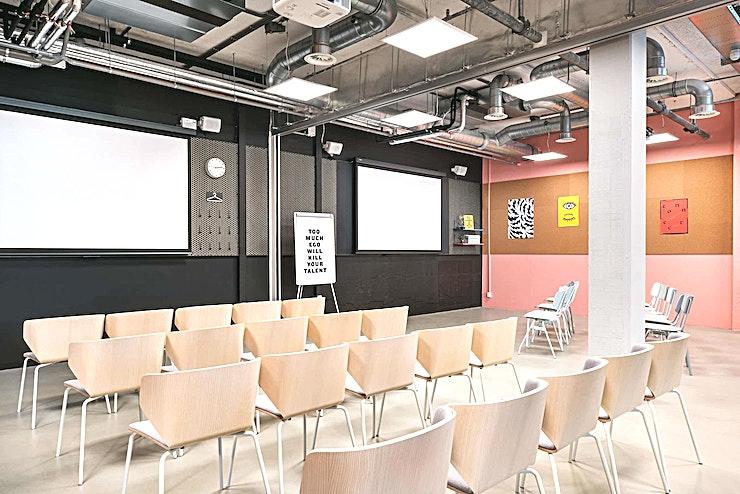 Classroom 2 ** Classroom 2 is een veelzijdige vergaderruimte in The Student Hotel Den Haag.**   De Bazaar of Ideas is dé hub voor ondernemerschap en innovatie. Op deze plek worden geïnspireerde professionals met elkaar verbonden. Het enorme werk- en vergadergedeelte beschikt over de grote Wintergarden, Catwalk en 4 klaslokalen voor trainingen, evenementen en conferenties voor 10 tot 300 personen. Er is altijd razendsnelle wifi, flexwerkplekken, uitstekende koffie en een energie die ervoor zorgt dat u nergens anders wilt werken.    Met een cool en modern uiterlijk, een ontspannen jonge sfeer en een echt warme gemeenschap is deze ruimte anders dan alle andere in het stadscentrum. The Student Hotel Den Haag ligt op loopafstand van het centrum, recht tegenover het treinstation Hollands Spoor in een gevarieerde buurt vol betaalbare, internationale restaurants. Alle belangrijke zakelijke gebieden en zelfs het plaatselijke strand liggen op fietsafstand. U kan ook gemakkelijke de tram trein nemen om nabijgelegen steden zoals Delft en Leiden binnen 8 tot 15 minuten te bereiken.