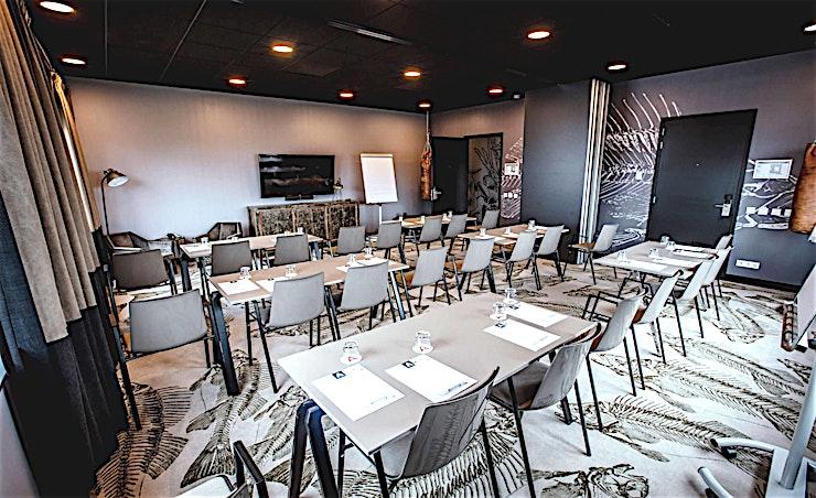 Eiland 9&10 **Island 9 in Apollo Hotel Vinkeveen Amsterdam is een flexibele, moderne vergaderzaal te huur in Amsterdam.**   Apollo Hotel Vinkeveen Amsterdam is het nieuwste hotel van Apollo Hotels. Hun locatie heeft het beste van beide werelden; het platteland en de stad.    De locatie biedt u een uitzicht op de Vinkeveens Plassen (meren van Vinkeveen), met inbegrip van een eigen jachthaven, terwijl u Amsterdam nog steeds binnen 12 minuten kan bereiken met de auto.    Als u van plan bent een evenement te organiseren of het Meeting & Events Centre van 1.300 m2 zelf eens wil ervaren, dan is dit de perfecte locatie.