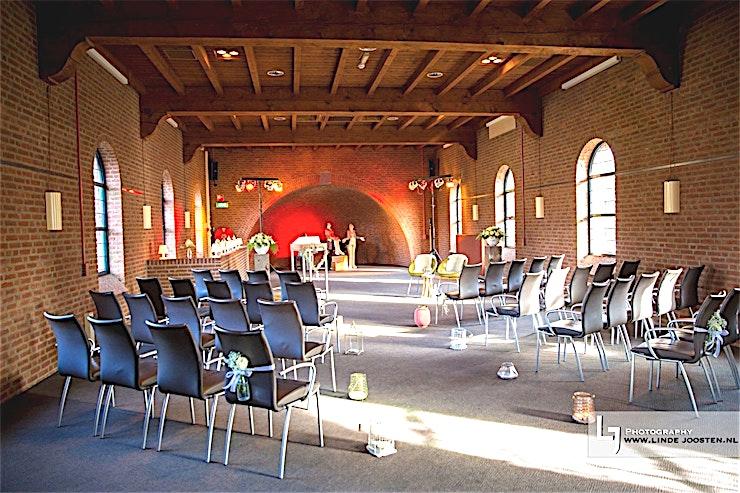 Kapelzaal **Boek De Kapelzaal van Kapellerput voor een vergaderruimte in een prachtige omgeving.**  Kapellerput heeft alles wat u nodig heeft voor een geslaagde bijeenkomst. Vergaderzalen van alle soorten en