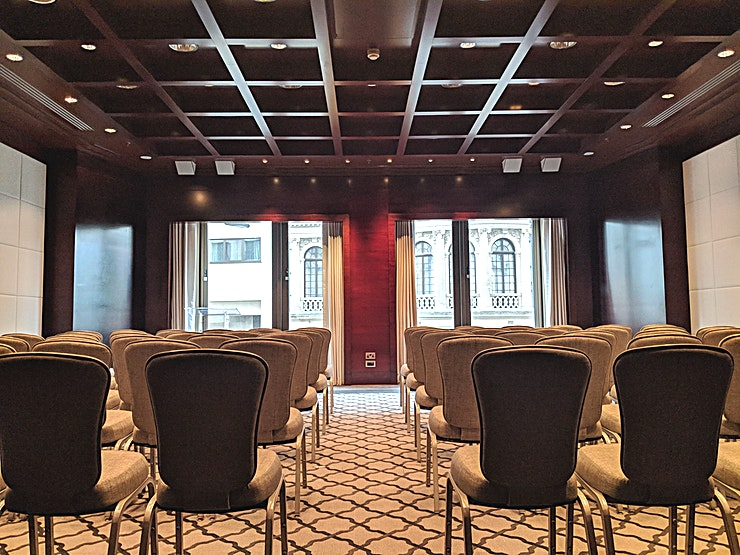 Halcyon **Halcyon at Four Seasons London at Park London is a state-of-the-art function room for hire.**  Filled with natural daylight, this function room is ideal for smaller dinners, meetings or breakout sessions. It is equipped with the latest in Event Technology.