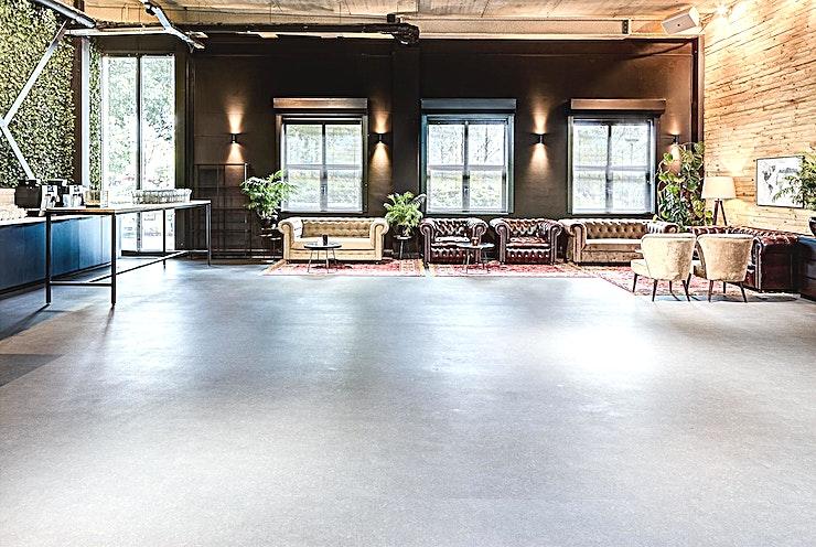 The Lounge **The Lounge bij Wicked Grounds HQ is een unieke locatie te huur in Amsterdam.**   U voelt zich meteen thuis in deze inspirerende evenementenlocatie. De locatie nodigt u uit om tot rust te komen, te ontsnappen aan het hectische stadsleven en u te laten inspireren door de ruimte. The Lounge weet elk bedrijf te verbinden.   Wicked Grounds beschikt over ruimtes voor bedrijfsevenementen in Amsterdam en Rotterdam, denk hierbij aan vergaderingen, workshops en andere vormen van zakelijke evenementen.   De locaties zijn ruimtes met een buitengewone ervaring; zet je dagelijkse zorgen van je af in een de stijlvolle inrichting, met zorgzame gastvrijheid en de juiste energie. Dit zijn ruimtes waar creativiteit bloeit en barrières worden doorbroken.    Wicked Grounds is innovatief, inspirerend en verbindend. Wicked Grounds streeft ernaar om constant een uitstekende service te leveren die de verwachtingen overtreft.
