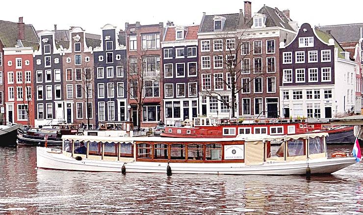 Proost van Sint Jan **Proost van Sint Jan is een geweldige boot voor uw volgende privé-evenement of bedrijfsfeest.**   Deze prachtige salonboot heeft veel van haar karakteristieke en authentieke kenmerken bewaard. Met