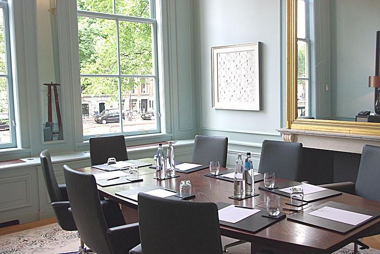 Hartogh  **Hartogh bij Waldorf Astoria Amsterdam is een stijlvolle vergaderruimte te huur in Amsterdam.**  Geniet van een keuze uit zeven exclusieve vergaderlocaties op deze onvergetelijke bestemming. Alle zeven zalen zijn gunstig gelegen aan de lobby met uitzicht op de gracht of de tuin en zijn ideaal voor conferenties, recepties en zakelijke bijeenkomsten. Elke ruimte heeft een kenmerkend decor en is een weerspiegeling van het rijke erfgoed van de zes grachtpanden waarin het Waldorf Astoria Amsterdam is gehuisvest.