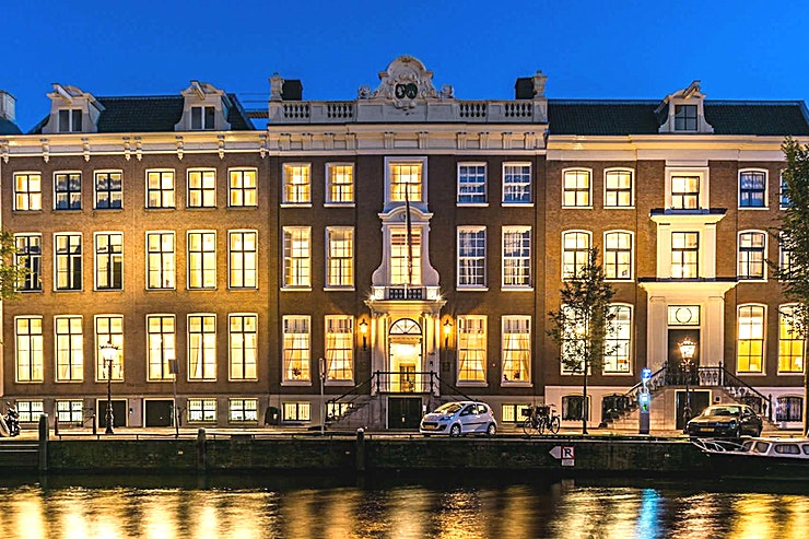 Huygens  **Huygens bij Waldorf Astoria Amsterdam is een veelzijdige vergaderruimte te huur in Amsterdam.**  Geniet van een keuze uit zeven exclusieve vergaderlocaties op deze onvergetelijke bestemming. Alle zeven zalen zijn gunstig gelegen aan de lobby met uitzicht op de gracht of de tuin en zijn ideaal voor conferenties, recepties en zakelijke bijeenkomsten. Elke ruimte heeft een kenmerkend decor en is een weerspiegeling van het rijke erfgoed van de zes grachtpanden waarin het Waldorf Astoria Amsterdam is gehuisvest.