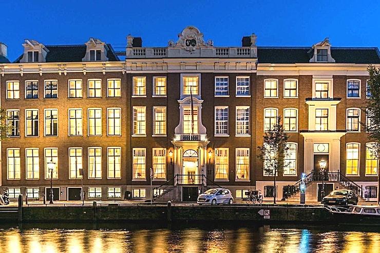 Maurer **Maurer bij Waldorf Astoria Amsterdam is een veelzijdige, moderne vergaderzaal te huur in Amsterdam.**  Geniet van een keuze uit zeven exclusieve vergaderlocaties op deze onvergetelijke bestemming. Alle zeven zalen zijn gunstig gelegen aan de lobby met uitzicht op de gracht of de tuin en zijn ideaal voor conferenties, recepties en zakelijke bijeenkomsten. Elke ruimte heeft een kenmerkend decor en is een weerspiegeling van het rijke erfgoed van de zes grachtpanden waarin het Waldorf Astoria Amsterdam is gehuisvest.