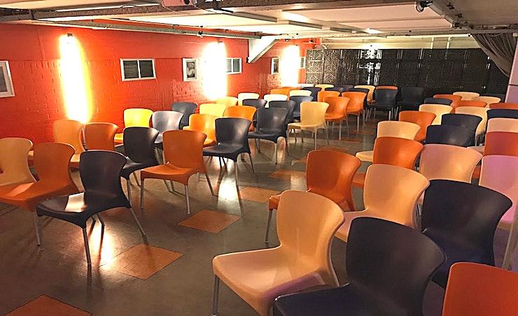 """Theatre Set-Up **Kookstudio 25 heeft een stijlvol evenementenlocatie te huur in Rotterdam.**  In deze trendy studio in Rotterdam """"Schiebroek"""" kunt u verschillende soorten van workshops, vergaderingen, smaak panelen en evenementen organiseren.    De studio is centraal gelegen in Rotterdam Schiebroek, in de buurt van Rotterdam The Hague Airport.    Daarnaast is de studio gemakkelijk te bereiken met de auto en het openbaar vervoer. Parkeren is gratis, met tal van parkeerplaatsen."""