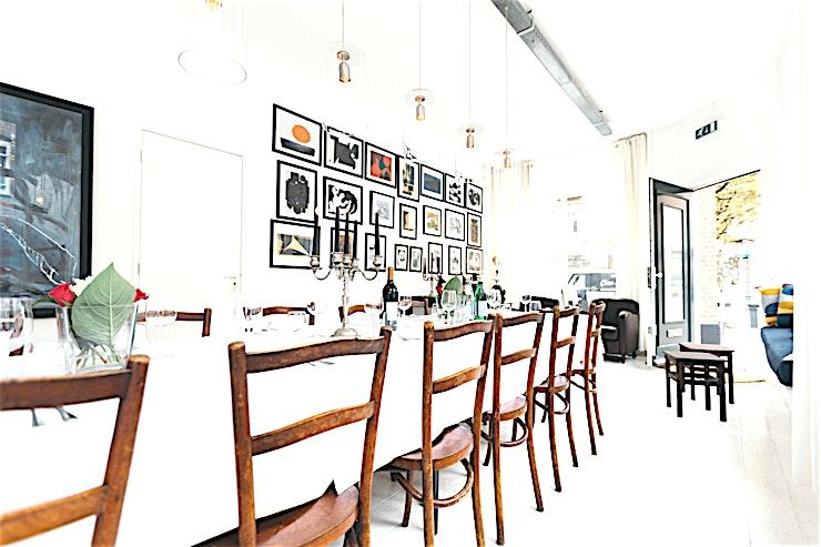Private Dining Room **Boek de private dining room van Dining 27 in Amsterdam.**  Een unieke zakelijke locatie met een totale oppervlakte van 85 m2 in het centrum van Amsterdam met een prachtig uitzicht over de Amstel. Deze locatie is ideaal voor een brainstormsessie met uw team.