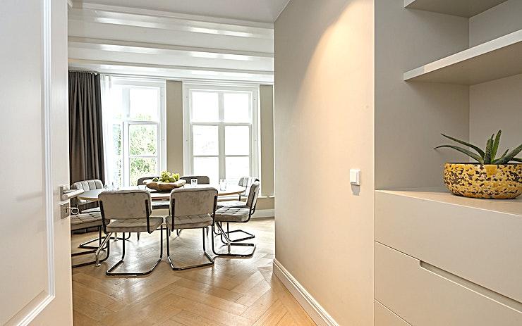 The Other Side **The Other Side van de locatie Amstel is een stijlvolle vergaderlocatie te huur in Amsterdam.**  Met een capaciteit van 8 tot 16 gasten en uitzicht over de prachtige tuinen is dit de perfecte vergaderruimte in de Nederlandse hoofdstad.  The Other Side komt ook met een ruimte om uw gasten mentaal te laten opladen.