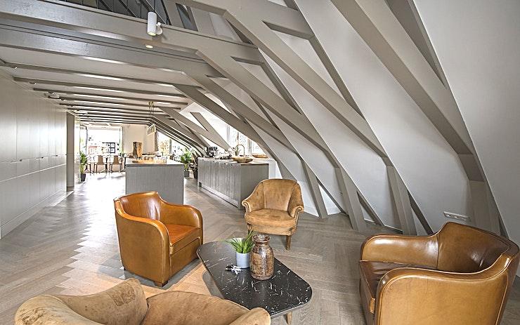 The Amstel Room **The Amstel Room is een stijlvolle ruimte voor huur in de Nederlandse hoofdstad.**  Deze unieke zakelijke locatie heeft een totale oppervlakte van 85 m2 en is gelegen in het centrum van Amsterdam.  Met een prachtig uitzicht over de Amstel is deze kamer perfect voor een brainstormsessie met uw team.