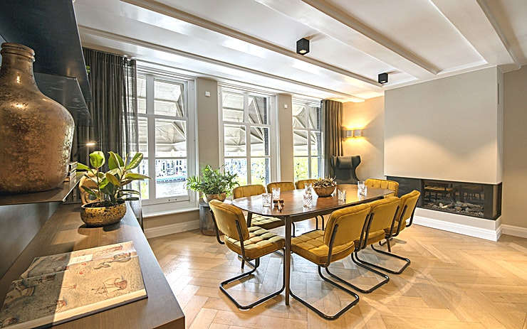 The Boardroom  The Boardroom met zijn prachtige vergezicht over de Amstel en Magere Brug exclusief met gebruik van parkeer ruimte en speciale service is dit de locatie bij uitstek voor een high end meeting.  Maximum capaciteit 10 gasten
