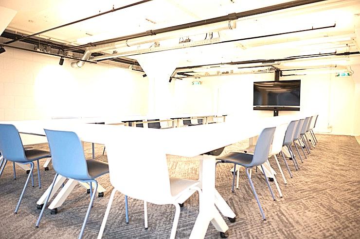 Room 0.05 **Room 0.05 is een trendy vergaderlocatie in Rotterdam.**  De kantoren van Offices For You zijn nu open in Rotterdam. Om te groeien heb je zonlicht en een open ruimte nodig. Dat is de reden waarom de vergaderzalen van Offices For You zo sfeervol ingericht zijn.  Hier vindt u smaakvol interieur met meubilair van de beste ontwerpers. Hier kunt u mensen ontmoeten en uiteindelijk samen groeien. Deze ruimte is volledig uitgerust met 24/7 Office Access en Wi-Fi zodat u een productieve en innovatieve vergadering kan hebben op elk moment van de dag.