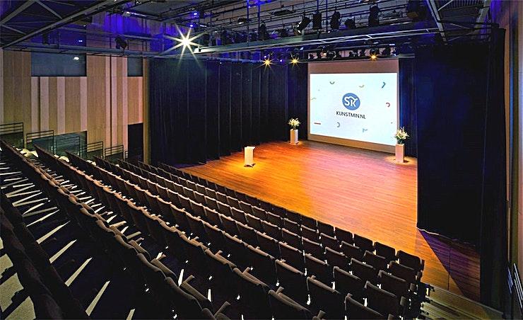 Ketel 1 **Ketel 1 bij het Energiehuis is een uniek auditorium te huur in Dordrecht.**  Ketel 1 is een multifunctionele ruimte aan de rand van het historische centrum van Dordrecht.  Het uiterlijk van deze voormalige elektriciteitscentrale is indrukwekkend, industrieel, stoer en eigenzinnig.  Het Energiehuis is een dynamisch gebouw. Ketel 1 is een mooie kamer met een uitschuifbare tribune en fantastische akoestiek.  Bovendien kan deze ruimte worden gekoppeld aan het mooie en hippe Grandcafé Khotinsky.