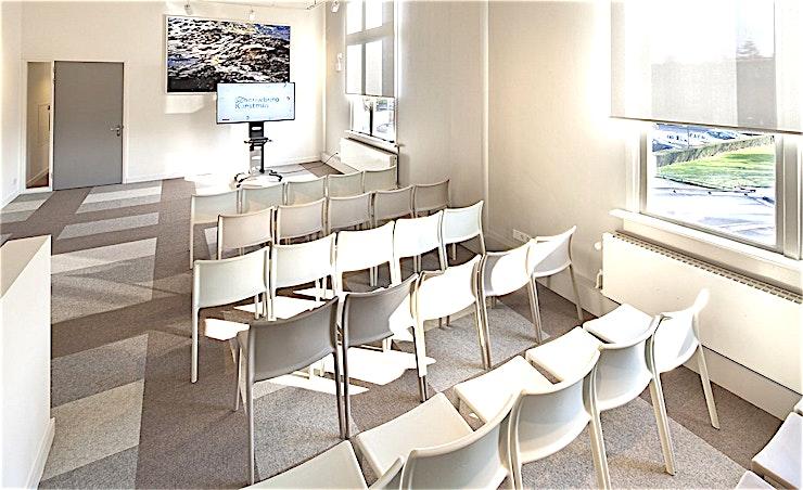 Verheul Foyer **De Verhuel foyer is een evenementlocatie die goed werkt voor zakelijke bijeenkomsten en netwerkevenementen. Het ontwerp en inrichting bieden een modern en open gevoel waardoor het een prachtige vergaderlocatie is.**  Zowel Schouwburg Kunstmin en het Energiehuis vormen het ideale decor voor uw congres, vergadering, feest, TV-opname of productpresentatie.  De twee locaties zijn gemakkelijk bereikbaar en vol van karakter. Schouwburg Kunstmin is stijlvol en eigentijds, met de unieke architectuur van Sybold van Ravesteyn en het moderne interieur van Studio Makkink & Bey. Bent u op zoek naar een robuuste, stoere en industriële gebouwen voor uw evenement? Maak dan uw keuze uit het aanbod van kamers in de indrukwekkende en onderscheidende locatie, het Energiehuis. Beide locaties zijn gemakkelijk bereikbaar met het openbaar vervoer en bieden voldoende parkeergelegenheid.