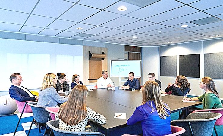 Small Room **Aristo's Small Room is de ideale vergaderlocatie in Amsterdam.**  Aristo Amsterdam is een van de beste locaties voor vergaderingen, trainingen, workshops en conferenties. Het is ideaal gelegen naast