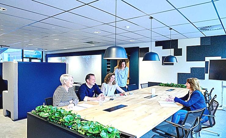 Small Room 3 **Aristo's Small Room 3 is de ideale kleine vergaderlocatie in Amsterdam.**  Aristo Amsterdam is een van de beste locaties voor vergaderingen, trainingen, workshops en conferenties. Het is ideaal gelegen naast het NS-station Amsterdam Sloterdijk en in de buurt van de zakenwijk Teleport.  Er zijn in totaal 51 vergaderzalen waardoor Aristo Amsterdam perfect uitgerust is voor zakelijke bijeenkomsten. Deze grote vergaderlocatie kan van 2 tot 200 personen bedienen. Daarnaast is Aristo reeds 35 jaar actief in de meeting industrie waardoor samenwerken met hen erg vlot verloopt. Hun vergaderzalen beschikken ook over de mogelijkheid om audio- en visuele hulpmiddelen te gebruiken om uw vergadering nog efficiënter te laten verlopen.