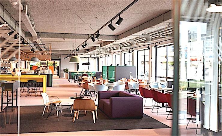 Middle Room 3 **De Middle Room 3 van Aristo is een moderne vergaderlocatie in Amsterdam.**  Aristo Amsterdam is een van de beste locaties voor vergaderingen, trainingen, workshops en conferenties. Het is ideaal gelegen naast het NS-station Amsterdam Sloterdijk en in de buurt van de zakenwijk Teleport.  Er zijn in totaal 51 vergaderzalen waardoor Aristo Amsterdam perfect uitgerust is voor zakelijke bijeenkomsten. Deze grote vergaderlocatie kan van 2 tot 200 personen bedienen. Daarnaast is Aristo reeds 35 jaar actief in de meeting industrie waardoor samenwerken met hen erg vlot verloopt. Hun vergaderzalen beschikken ook over de mogelijkheid om audio- en visuele hulpmiddelen te gebruiken om uw vergadering nog efficiënter te laten verlopen.